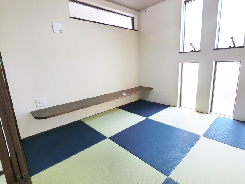 和室4.5帖です。小上がりになっております。カウンターに大容量の押し入れもあります。畳のカラーリングがお洒落ですね。