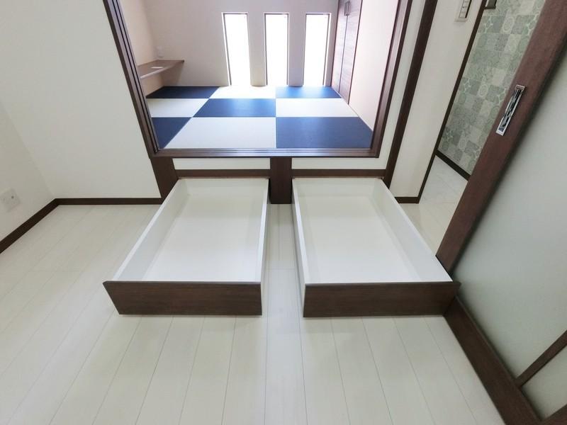 和室は小上がりになっておます。もちろん収納付きですよ。座布団などもスッキリ仕舞えますね。