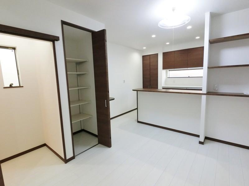 キッチン周辺に収納が2カ所ございます。買い置きの食品やキッチン用品を沢山収納できるのは嬉しいですね。