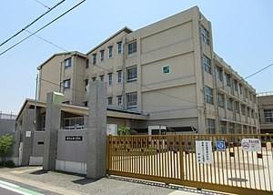 錦小学校まで徒歩2分です。お子様の通学も安心ですね。