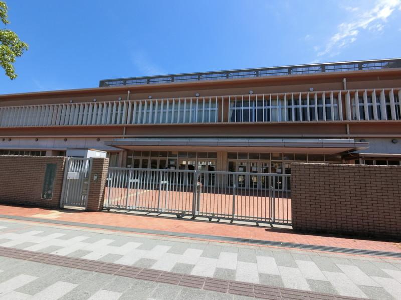 和泉市立「青葉はつが野小学校」まで890m