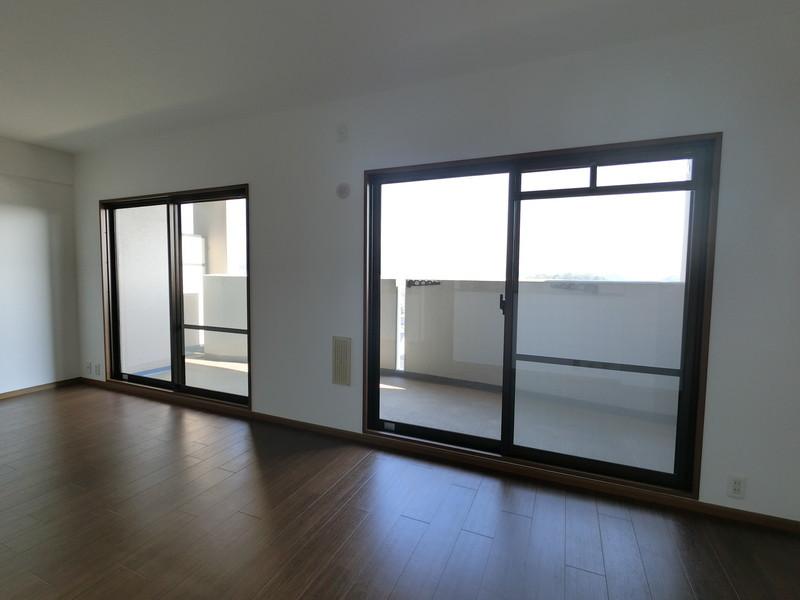 家族がくつろぐリビング・ダイニングには、南向きの窓から優しい光が差し込みます