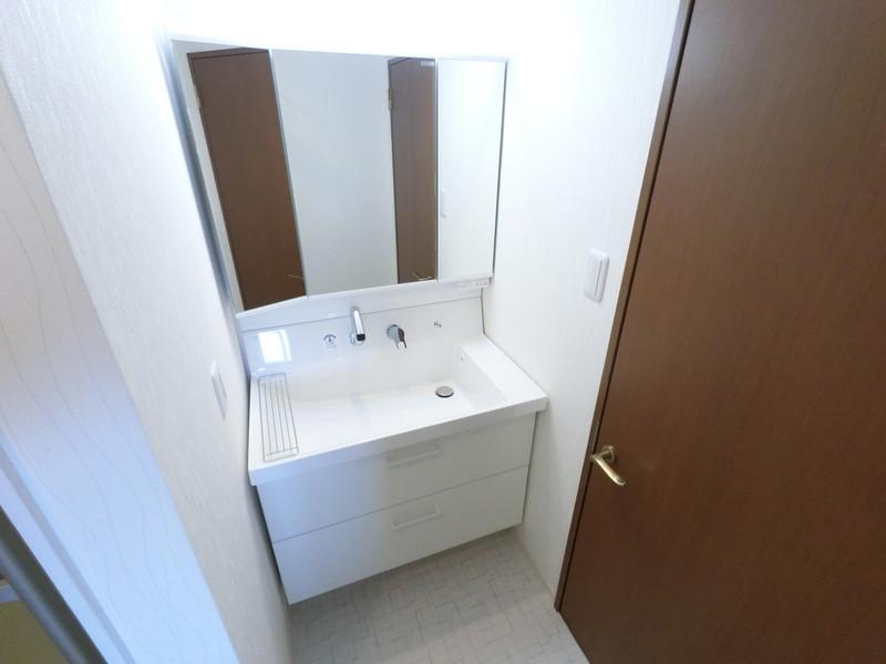 洗面化粧台も新調致しました。3面鏡タイプで、鏡の裏は収納になっています。