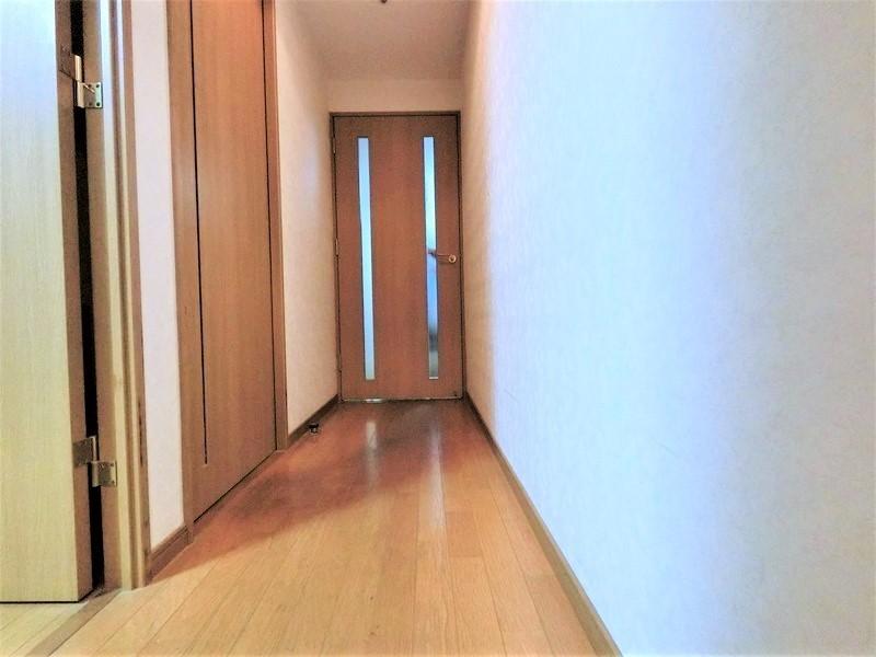 玄関からリビングへの廊下。