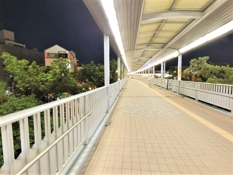 堺市駅からの連絡通路。帰りが遅くなっても、明るい帰り道です。これは安心ですね。