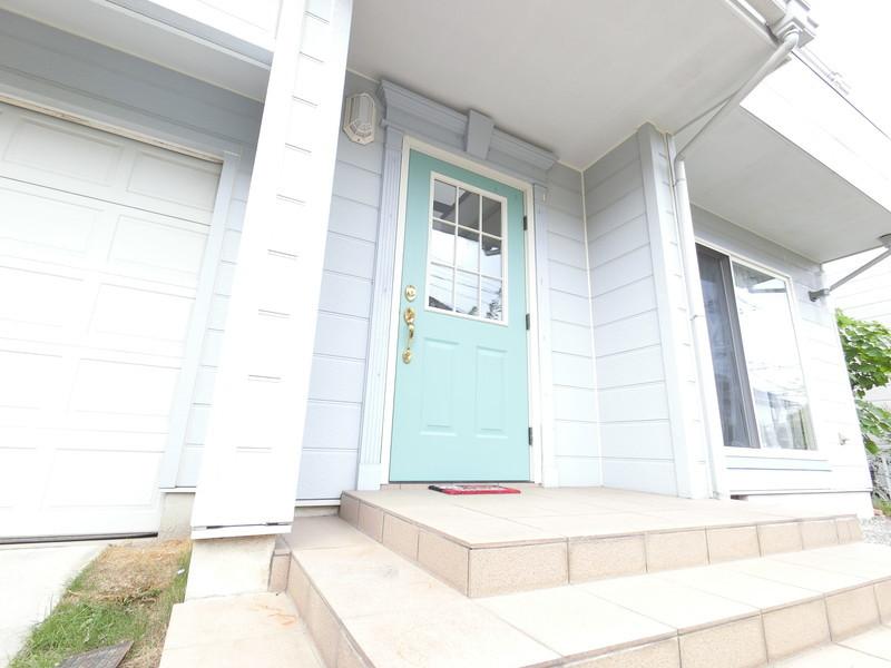 淡い緑の玄関ドアが可愛いんです