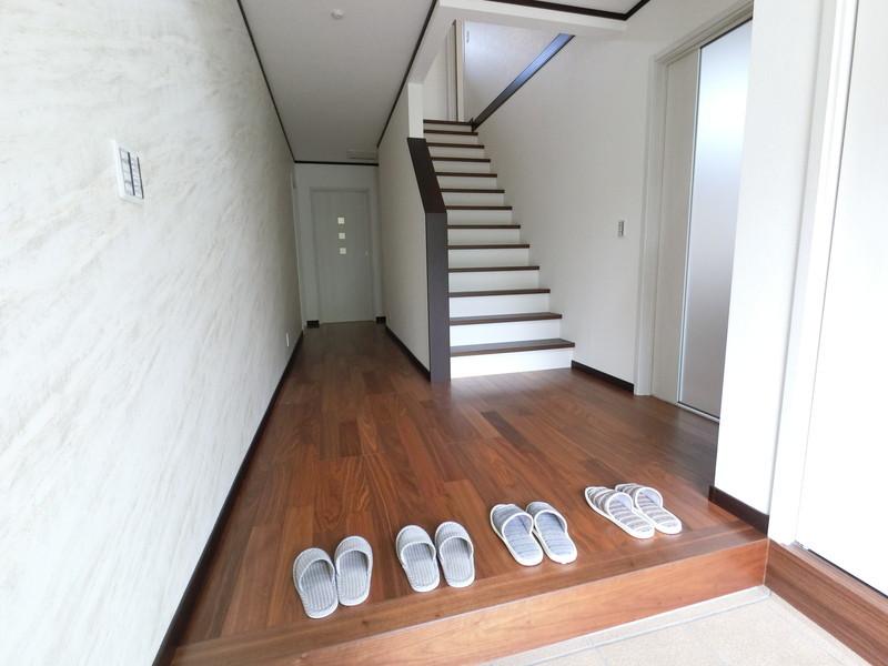 玄関ホールを広く、玄関框の段差を低くしてありますので、開放感バツグン