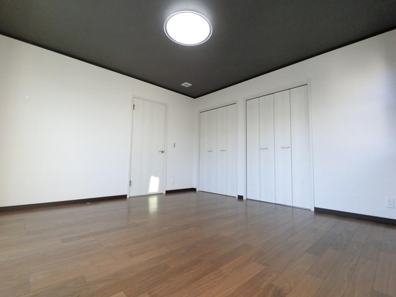 主寝室には大きな窓と、沢山の収納と広いバルコニー