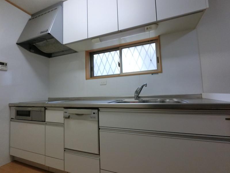 清潔感のある白で統一されたキッチン。勿論食洗機もついています