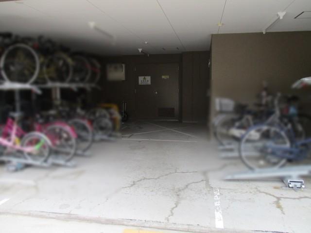 マンション下に駐輪スペースがあります。