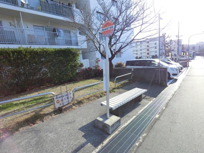 マンション敷地横にさやりんバスの停留所がございます。100円で市内を循環しています。