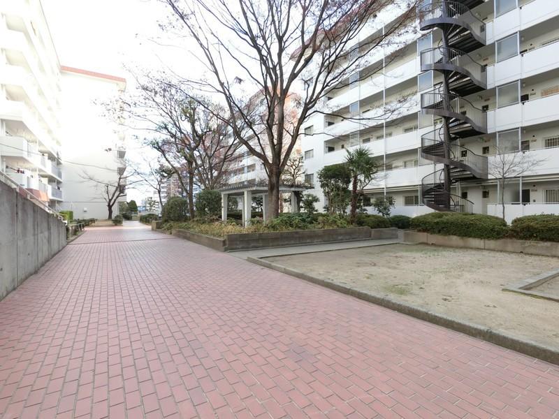 敷地内には公園や広場もございます。緑豊かな環境のマンションです。