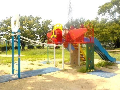 浅香山公園まで500m 少年野球やソフトボールが行える設備が整った公園です。毎年ゴールデンウィークには、色とりどりのつつじが咲き、屋台もでるつつじ祭りが開催されます。