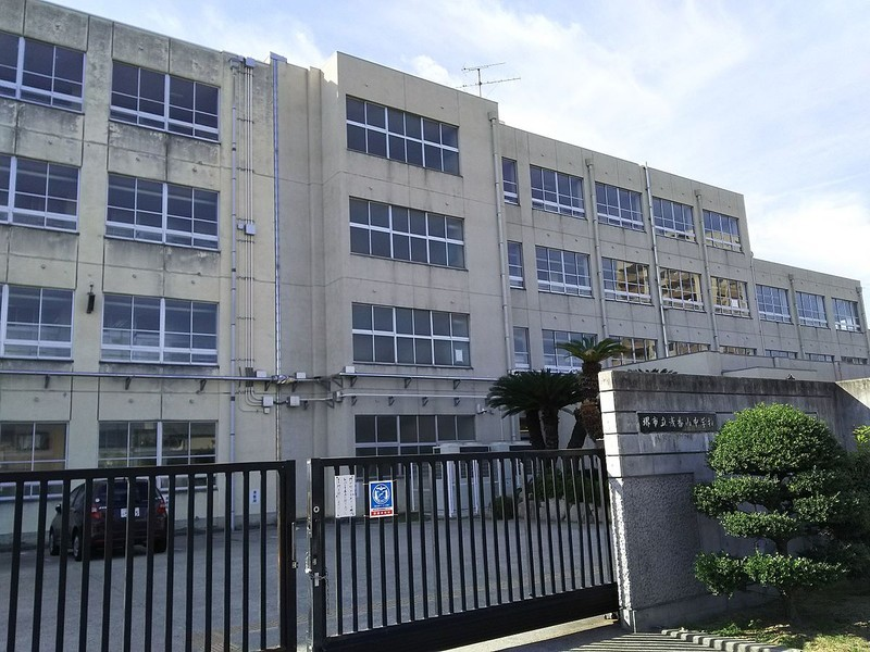 浅香山中学校まで徒歩9分です。