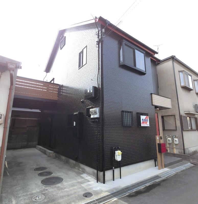 黒壁と赤いドアが目を惹くお家です