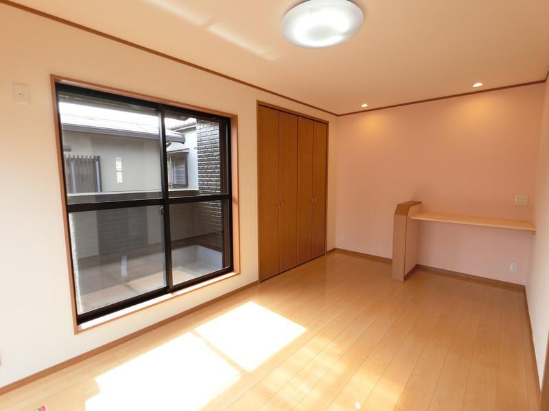 大きな窓から差し込む光は、お部屋を明るく照らしてくれます