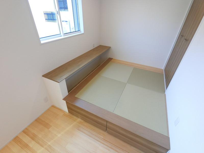 リビングの小上り畳コーナー畳の下は収納になっています