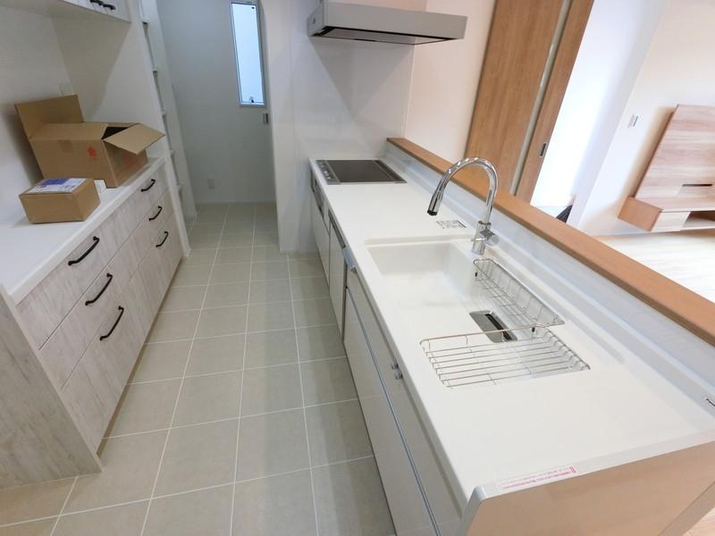 オープンキッチンは吊戸棚を付けない事でLDKが広く感じることできます。