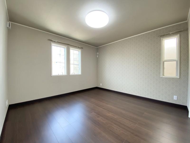 主寝室は、ブラックウォールナット色のフローリングとアクセントクロスによる演出で、落ち着いたやすらぎの空間をご提供♪