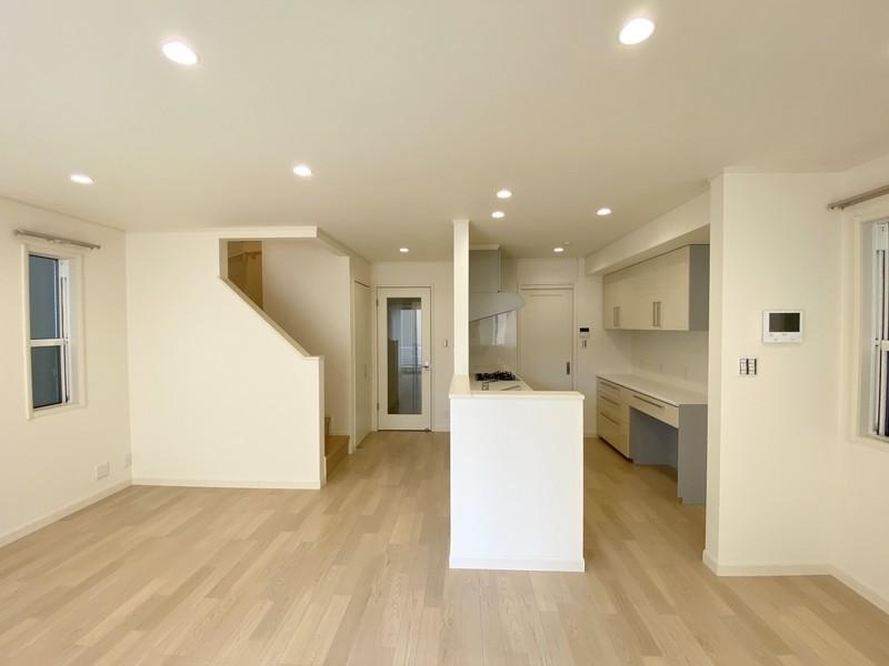 オープンスタイルのキッチンは、調理をしながらでも家族の様子が見えて安心。買い置きなどの収納を備えたユーティリティは、回遊動線でLD側から使えるので、家族みんなで利用できます。