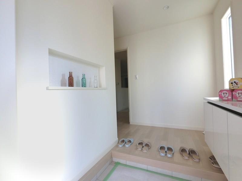 飾り棚や窓を設置することで、余裕のある玄関づくりが出来ます。