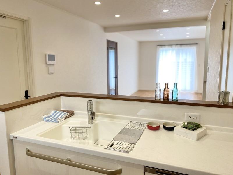 オープンスタイルのキッチンは、調理をしながらでも家族の様子が見えて安心。