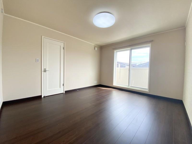ご夫婦が憩う主寝室のテーマは、上質なホスピタリティー。ウォークインクローゼットからサニタリーへとつなぐ工夫で、気分は優雅なスイートルーム。