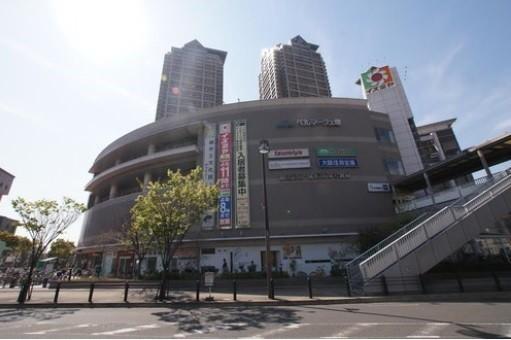 ベルマージュ堺まで720m 駅前には大きなショッピングセンターがあります。スーパーや百均(ダイソー)があり日常生活のお買い物に便利です。