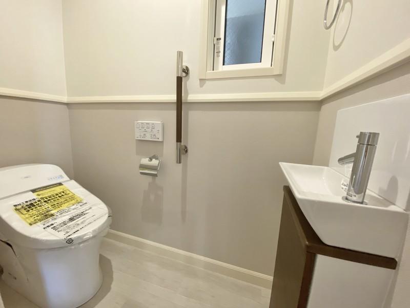 生活に欠かせないトイレは、高級感と広さを感じるタンクレスタイプ。クロスは上下で貼り分けており、デザインにも一工夫しております。