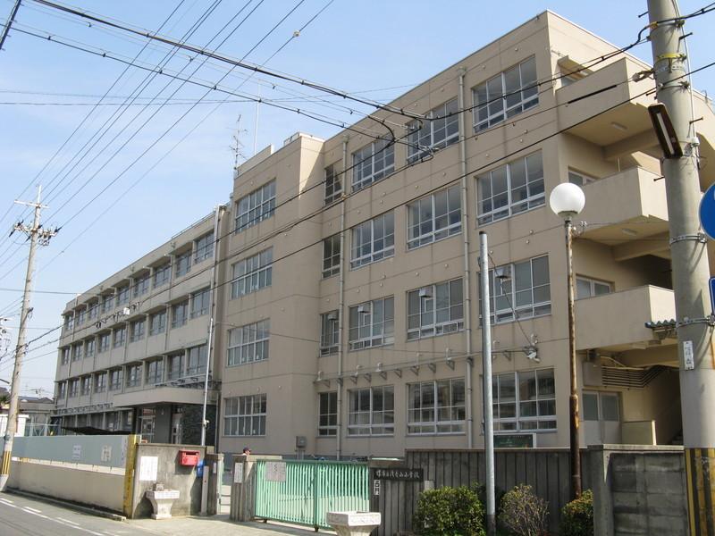堺市立浅香山小学校まで480m 校報・ホームページ、メール等を通して、教育方針や教育活動等の学校の情報を積極的に発信し、地域協働に努めています。