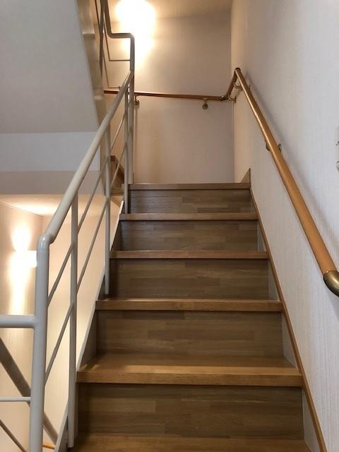 階段は手すり付きで安心。