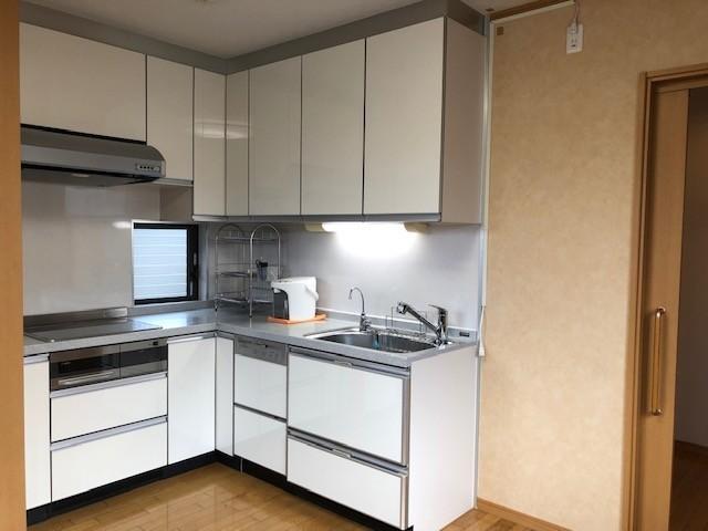 効率的で使いやすいL型キッチン。快適にお料理ができます。食器洗浄乾燥機付き。