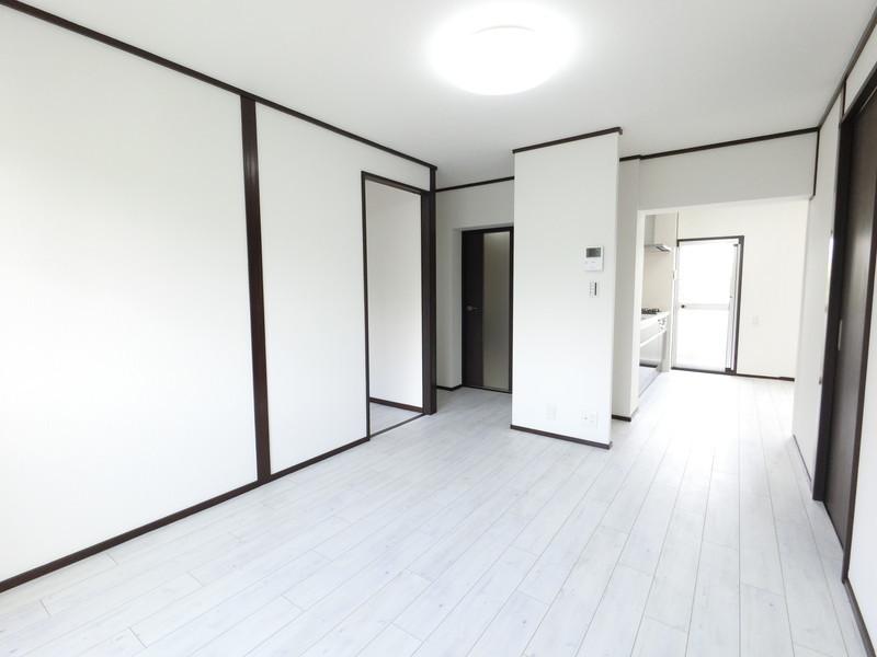 リビング白を基調としたお部屋は、広く見えますね