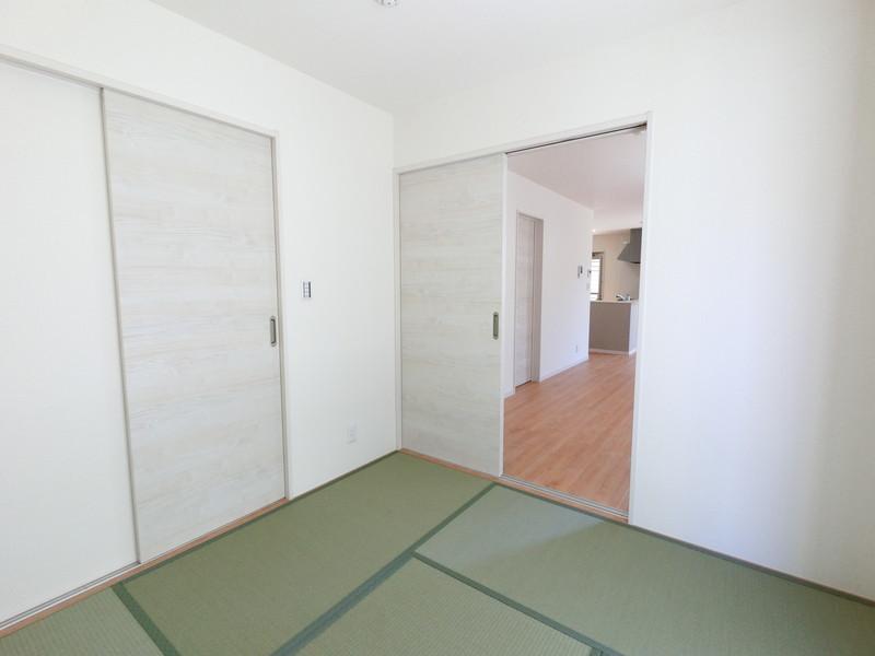 リビング繋がりに畳スペースが付いているんです
