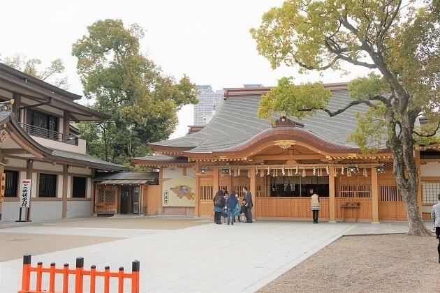 方違神社は古くから方災除けの神として知られており、いまも家の新築や転居の際の厄除け祈願に大勢の参拝者が訪れます。元旦などには初詣で訪れた人々で賑わいます。