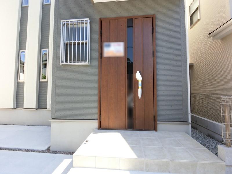 ウッドドアが家を引き立てます