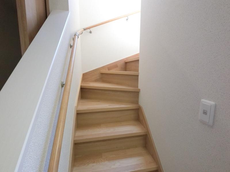 階段は手すりつきです