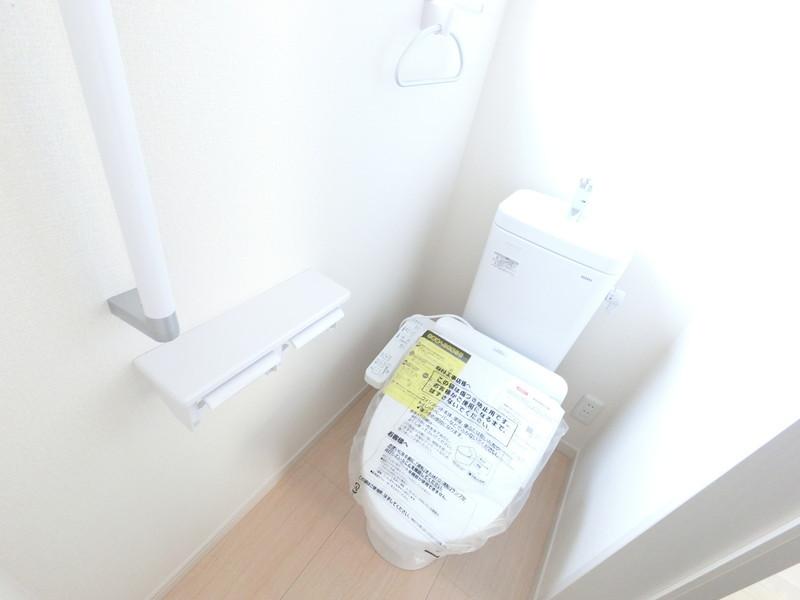 1・2階にトイレ有り。階段を降りなくてもいいので、ご高齢の方や小さなお子さまにも便利です。