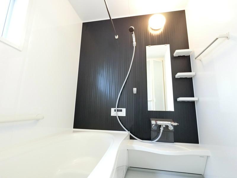 お洗濯物が乾きにくい時期に嬉しい、浴室換気乾燥機付き。