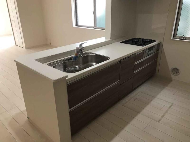 人気の食器洗浄乾燥機付きシステムキッチン。リビングが見渡せるので、お子さまの様子を見ながらお料理ができます。