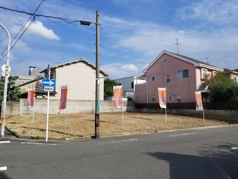 現地周辺は住宅が立ち並び、落ち着いた住環境が魅力の分譲地です。