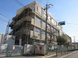 堺市立三国丘小学校まで573m 制服有の小学校です。全校生徒約680人、1クラス35人以下の少人数制です。