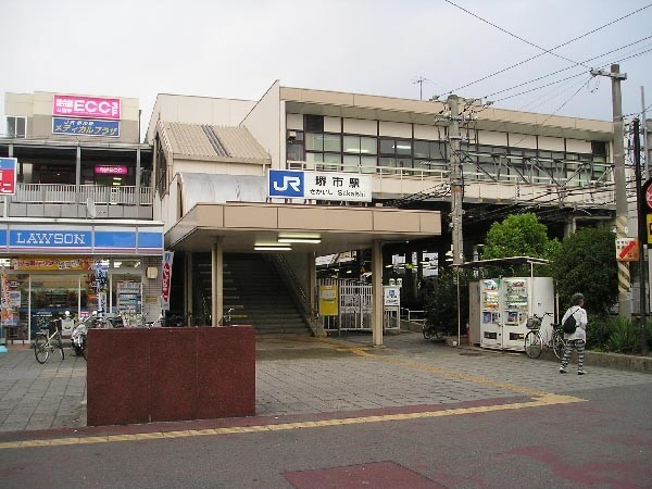 堺市駅に停車する関空・紀州路快速系統の列車は、上りは天王寺・大阪方面、下りは鳳・和歌山・関西空港方面へ繋がっており、長距離の交通手段としても大きな役割を担ってくれます。