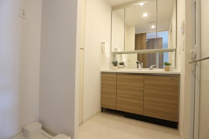 清潔感溢れる3面鏡の洗面化粧台