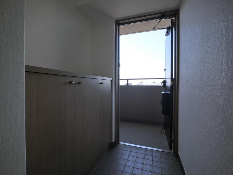 玄関:シューズボックス付きで片付いた玄関をキープ