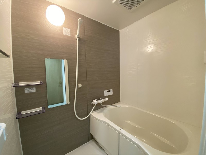 広い浴室でのゆったりバスタイム