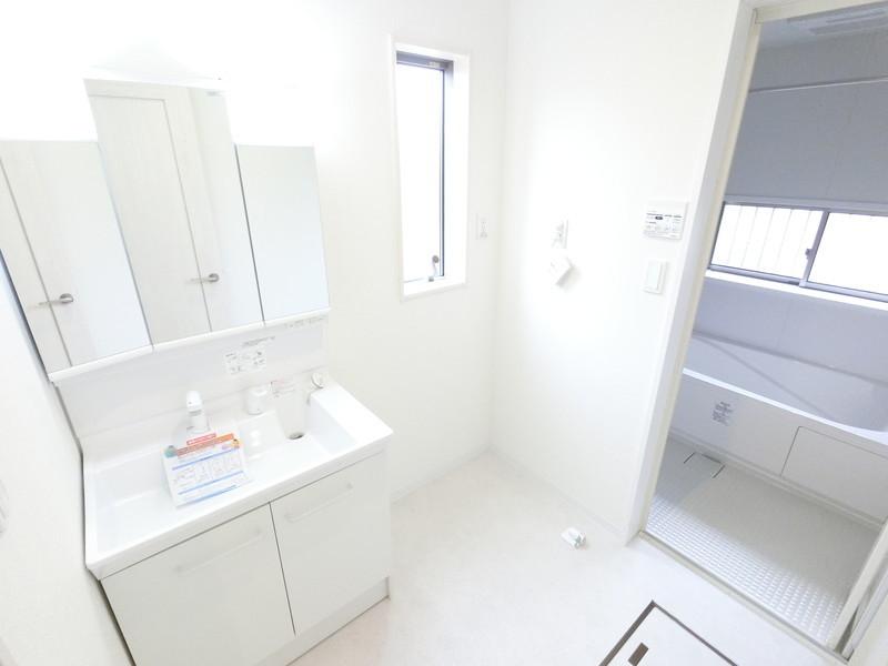 三面鏡、シャワー付き洗面台。窓もあるので換気も安心