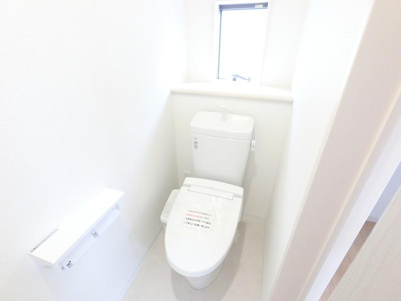 トイレには棚があるので、お花やちょっとした物置にもなります
