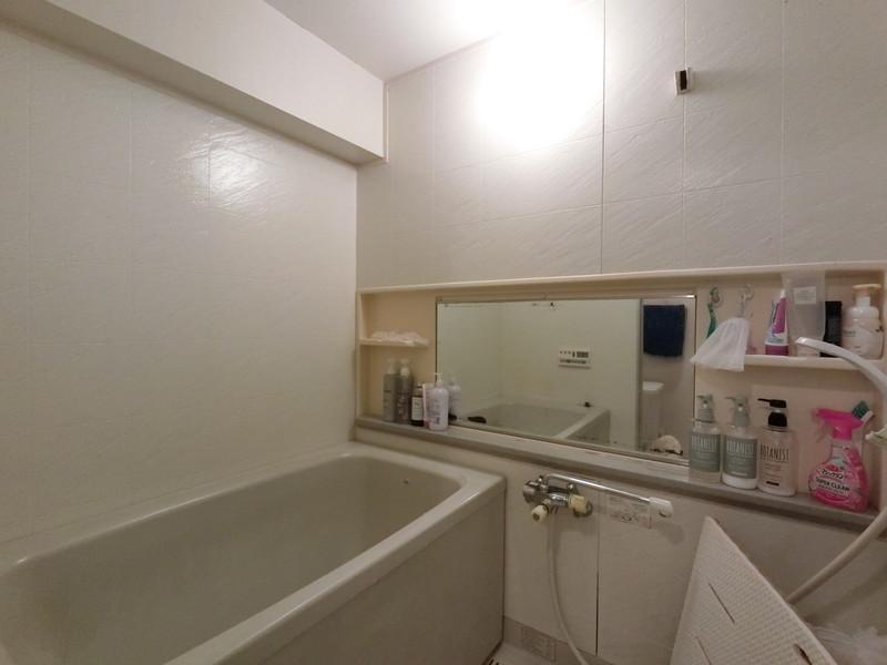 お子様と一緒にバスタイムを楽しめる広々浴室。一日の疲れをいやすのはここ。