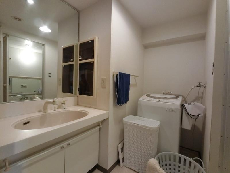 ワイド洗面につき忙しい朝の時間もご家族と並んで仲良くご使用いただけます。